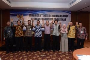 Deputi DKK berfoto bersama dalam acara Bimtek Pengembangan Karir Pejabat Fungsional Penerjemah, di Hotel Salak Tower, Bogor, Kamis (22/11). (Foto: Humas/Oji)