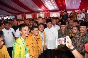President Jokowi pose for a group photo with the 21st Congress of the Muhammadiyah Student Association (IPM) of Muhammadiyah University of Sidoarjo attendees, Monday (19/11). (Photo by: BPMI)