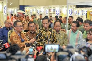 Presiden Jokowi didamping Seskab dan Menristekdikti menjawab wartawan usai membuka Pameran Indonesia Science Expo (ISE) Tahun 2018 di Hall 5 Indonesia Convention Center (ICE) Serpong, Tangerang Selatan, Banten, Kamis (1/11) pagi. (Foto: JAY/Humas)