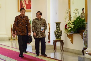 President Jokowi accompanied by Cabinet Secretary Pramono Anung walks to a Limited Meeting room, at the Bogor Presidential Palace, West Java, on Friday (2/11). (Photo by: Agung/Public Relations Division)
