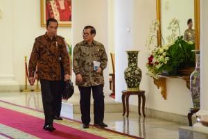 Presiden Jokowi didampingi Seskab Pramono Anung berjalan menuju ruang rapat terbatas, di Istana Kepresidenan Bogor, Jabar, Jumat (2/11) pagi. (Foto: Agung/Humas)