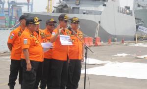 Kepala Basarnas M. Syaugi menyampaikan keterangan pers perkembangan pencarian Lion Air JT610, di JICT 2 Tanjung Priok. Jakarta, Minggu (4/11) siang. (Foto: Humas Basarnas)