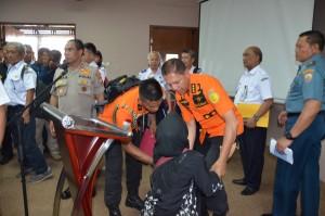 Seorang keluarga korban bersimpuh di kaki Kepala Basarnas M. Syaugi saat pertemuan tim pencari musibah Lion Air JT610 bertemu keluarga korban di Hotel Ibis, Cawang, Jakarta, Senin (5/11) siang. (Foto: Humas Basarnas)