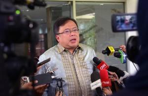 Menteri PPN/Kepala Bappenas Bambang Brodjonegoro menjawab wartawan usai rapat terbatas, di kantor Presiden, Jakarta, Rabu (7/11) siang. (Foto: JAY/Humas)