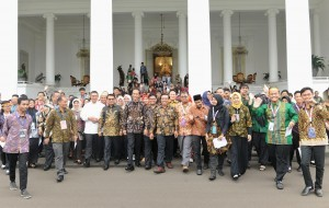 President Jokowi walks together with participant of 2018 Indonesia Millennial Movement Congress at Bogor Palace, West Java province, Monday (12/11) (Photo: PR/Anggun)