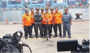 BNPP Head M. Syaugi delivers a press statement at the Tanjung Priok JITC 2 Command Post, Jakarta, Wednesday (7/11). (Photo by: BNPP Public Relations)