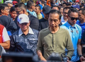 President Jokowi answers reporters' question in the Car Free Day event in Dago, Bandung, Sunday (11/11). (Photo by: Agung/Public Relations)