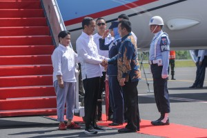 Presiden saat tiba di Bandara Radin Inten II Bandar Lampung, Jumat (23/11). (Foto: Humas/Jay)