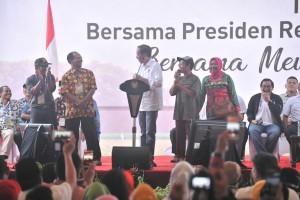 President Jokowi meets farmers in Lampung Province, Saturday (24/11). (Photo: PR/Jay).