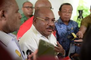 Gubernur Papua Lukas Enembe menjawab wartawan usai rapat terbatas, di Kantor Presiden, jakarta, Kamis (29/11) siang. (Foto: Rahmat/Humas)