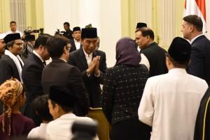 Presiden Jokowi memberikan hormat kepada tamu dari negara sahabat saat menghadiri Peringatan Maulid Nabi Muhammad SAW, di Istana Bogor, Jabar, Rabu (21/11) malam. (Foto: ANGGUN/HUMAS)
