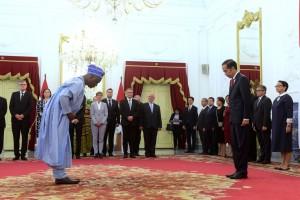 Presiden Jokowi membalas salam hormat salah satu Dubes yang menyerahkan surat-surat kepercayaan, di Istana Merdeka, Jakarta, Kamis (8/11) siang. (Foto: OJI/Humas)