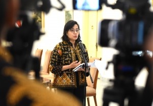 Menteri Keuangan Sri Mulyani Indrawati menyampaikan keterangan pers usai rapat terbatas, di Istana Kepresidenan Bogor, Jabar, Rabu (21/11) siang. (Foto: Rahmat/Humas)