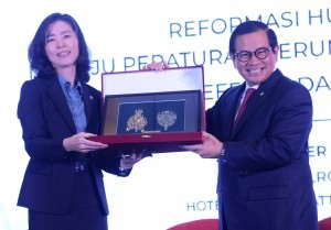 Cabinet Secretary Pramono Anung presents a token of appreciation to Minister of Government Legislation of the Republic of Korea, Kim Oe-sook, at the National Seminar on Legal Reform, at the Grand Hyatt Hotel, Jakarta, Wednesday (28/11). (Photo by: Rahmat/Public Relations Division)