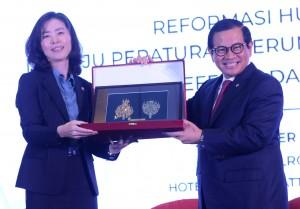 Seskab Pramono Anung memberikan cendera mata kepada Menteri Legislasi Pemerintah Korea, Kim Oe-sook, pada Seminar Nasional Reformasi Hukum, di Hotel Grand Hyatt, Jakarta, Rabu (28/11) siang. (Foto: Rahmat/Humas)