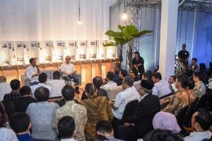 Presiden Jokowi berdialog dengan para pelaku industri kreatif, di Braga, Bandung, Jabar, Sabtu (10/11) malam. (Foto: AGUNG/Humas)