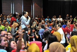 Presiden Jokowi bertemu dengan 3.000an karyawan millenial BUMN, di Telkom Hub, Jl Gatot Subroto, Jakarta, Kamis (1/11) malam. (Foto: JAY/Humas)