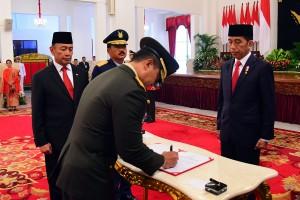 Presiden Jokowi didampingi Menko Polhukam dan Panglima TNI menyaksikan Andika Perkasa menandatangani berita acara pelantikan sebagai KSAD, di Istana Negara, Jakarta, Kamis (22/11) pagi. (Foto: AGUNG/Humas)