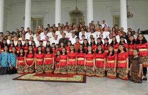 Presiden Jokowi berfoto bersama panitia dan pemenang Pesparani 2018, di Istana Kepresidenan Bogor, Jabar, Senin (12/11) siang. (Foto: Anggun/Humas)