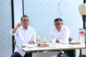 Menteri PANRB Syafruddin didampingi Sesmen PANRB menyampaikan keterangan pers, di kantor Kementerian PANRB, Jakarta, Selasa (5/11). (Foto: Humas Kementerian PANRB)