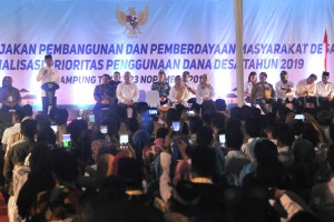 Presiden Jokowi menyampaikan pengarahan pada Evaluasi Kebijakan Pembangunan dan Pemberdayaan Masyarakat Desa dan Sosialisasi Prioritas Penggunaan Dana Desa Tahun 2019, di Islamic Center Lampung Timur, Lampung, Jumat (23/11) malam. (Foto: JAY/Humas)