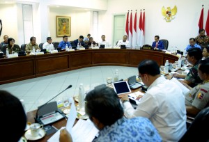 Presiden Jokowi memimpin Rapat Terbatas Percepatan Pelaksanaan Divestasi PT Freeport Indonesia, di Kantor Presiden, Jakarta, Kamis (29/11) siang. (Foto: Rahmat/Humas)