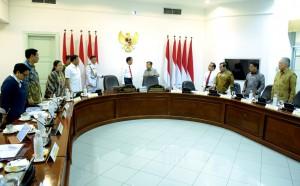 Presiden Jokowi berbincang dengan Wapres Jusuf Kalla sebelum memimpin rapat terbatas, di Kantor Presiden, Jakarta, Kamis (8/11) siang. (Foto: Rahmat/Humas)