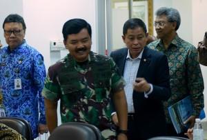 Menteri ESDM Ignasius Jonan bersama Panglima TNI dan Mendagri saat mengikuti Rapat Terbatas Percepatan Pelaksanaan Divestasi PT Freeport Indonesia, di Kantor Presiden, Jakarta, Kamis (29/11) siang. (Foto: Rahmat/Humas)