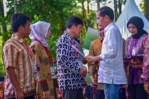 Presiden Jokowi menyerahkan secara simbolis SK perhutanan sosial kepada warga di Taman Wisata Alam Punti Kayu, Palembang, Sumatera Selatan, Minggu (25/11) sore. (Foto: AGUNG/Humas)