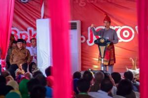 Presiden Jokowi memberikan sambutan pada acara penganugerahan gelar kehormatan Adat Komering, di Griya Agung, Palembang, Minggu (25/11) pagi. (Foto: AGUNG/Humas)