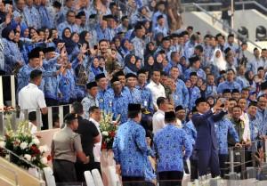 Presiden Jokowi selfi bersama peserta Upacara Peringatan HUT ke-47 Korpri, di Istora Senayan, Jakarta, Kamis (29/11) pagi. (Foto: JAY/Humas)