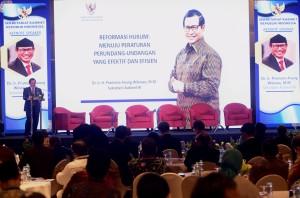 Seskab Pramono Anung menyampaikan keynote speech pada Seminar Nasional Reformasi Hukum, di Hotel Grand Hyatt, Jakarta, Rabu (28/11) siang. (Foto: Rahmat/humas)