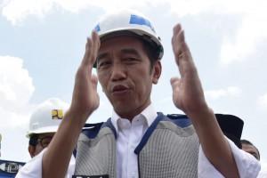 Presiden Jokowi menjawab wartawan usai meresmikan meresmikan Jalan Tol Pejagan - Pemalang seksi 3 dan 4 Brebes Timur – Sewaka dan Jalan Tol Pemalang – Batang segmen Sewaka – Simpang Susun Pemalang, di Gerbang Tol Tegal Timur, Tegal, Jumat (9/11) siang. (Foto: OJI/Humas)