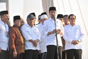 Presiden Jokowi mengumumkan perubahan Jembatan Suramadu menjadi jalan umum bukan tol, di atas jembatas tersebut di Bangkalan, Madura, Jatim, Sabtu (27/10) lalu. (Foto: JAY/Humas)