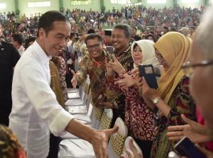 Presiden Jokowi menyalami warga yang hadir dalam acara penyerahan 3.000 sertifikat hak tanah, di GOR Tri Sanja, Tegal, Jawa Tengah, Jumat (9/11) pagi. (Foto: OJI/Humas)