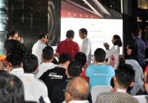 Presiden Jokowi didampingi Menteri BUMN, Seskab, dan Dirut PT Telkom meresmikan The Telkom Hub, di kawasan Jl Gatot Subroto, Jakarta, Kamis (1/11) malam. (Foto: JAY/Humas)
