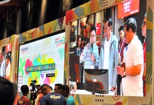 Presiden Jokowi didampingi Seskab Pramono Anung meninjau fasilitas yang ada di The Telkom Hub, di Jalan Gatot Subroto, Jakarta, Kamis (1/11) malam. (Foto: JAY/Humas)