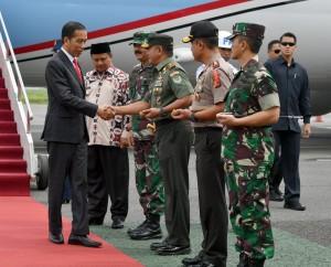 Presiden Jokowi disambut Wagub Jabar dan Panglima TNI saat tiba di Bandar Udara Husein Sastranegara, Bandung, Jabar, Senin (26/11) pagi. (Foto: Setpres)
