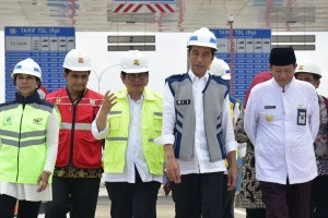 President Jokowi accompanied by Cabinet Secretary and State-Owned Enterprises Minister opens Section 3-4 Pejagan-Pemalang Toll Road, at Tegal Timur Toll Gate, Tegal, Central Java, on Friday (9/11). (Photo by: Oji/Public Relations Division)