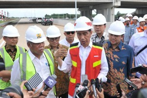 President Jokowi answers reporters' questions after inspecting the construction of Bakauheni Toll Road-Terbanggi Besar Section 3: Kota Baru–Metro, Friday (23/11). (Photo by: Jay/Public Relations)