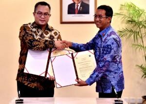 Kasetpres bersalaman dengan Rektor IPB usai menandatangani kesepakatan kerja sama i Wisma Negara, Kompleks Istana Kepresidenan Jakarta, Selasa (6/11). (Foto: BPMI)