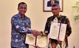 Kepala Istana Cipanas dan Dekan Fakultas Peternakan IPB berjabat tangan usai menandatangani kesepakatan di Wisma Negara, Kompleks Istana Kepresidenan Jakarta, Selasa (6/11). (Foto: BPMI)