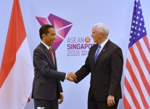 President Jokowi meets with US Vice President Mike Pence, at the Suntec Convention Center, Singapore, Wednesday (11/14). (Photo by: BPMI Presidential Secretariat)