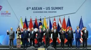 Presiden Jokowi bersama para kepala negara pada acara KTT ke-6 ASEAN-AS di Suntec Convention Centre, Singapura, Kamis (15/11). (Foto: BPMI)