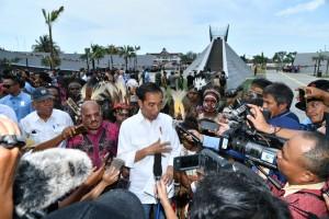 Presiden Jokowi menjawab pertanyaan wartawan usai meresmikan Monumen Kapsul Waktu di Merauke, Provinsi Papua, Jumat (16/11). (Foto: BPMI)