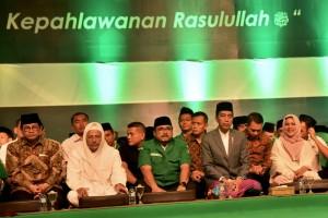 Presiden Jokowi menghadiri perayaan maulid Nabi di Alun-alun Kajen, Kabupaten Pekalongan, Kamis (22/11) malam. (Foto: BPMI)