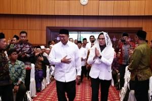 Menkeu Sri Mulyani Indrawati disambut Menag Lukman Hakim Saifuddin saat menghadiri peluncuran Beasiswa Santri LPDP, di Auditorium Kemenag, Jakarta, Senin (12/11) petang. (Foto: Humas Kemenag)