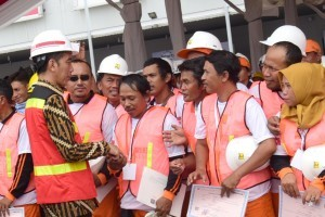 President Jokowi symbolically hands over 10,000 construction workers certificates at the opening of the 2018 Indonesia Construction Exhibition and Indonesia Infrastructure Week 2018, at the Indonesian Construction Hall D Outdoor Area, JI Expo, Kemayoran, Jakarta, Tuesday (31/10). (Photo by: Oji/Public Relations)