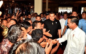 President Jokowi shakes hands with participants of Workshop on Village Fund Management in Semarang, Thursday (22/11). Photo by: BPMI