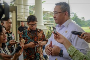 Minister of Villages, Development of Underdeveloped Regions, and Transmigration Eko Sandjojo answers questions from the journalists after Limited Cabinet Meeting on Budgeting of Village Fund and Urban Village Fund, at the Bogor Palace, West Java, Friday (2/11). Photo by: Agung/PR.